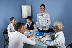 Discours de femme d'affaires lors du contact Image stock