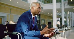Discours de pratique d'homme d'affaires dans le lobby au bureau 4k banque de vidéos