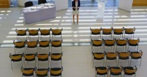 Discours de pratique de femme d'affaires dans le bureau 4k banque de vidéos