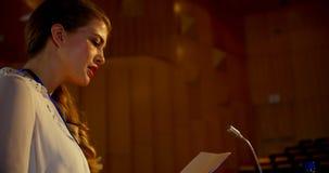 Discours de pratique de jeune femme d'affaires caucasienne dans l'amphithéâtre vide 4k banque de vidéos