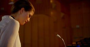 Discours de pratique de jeune femme d'affaires caucasienne dans l'amphith??tre vide 4k clips vidéos