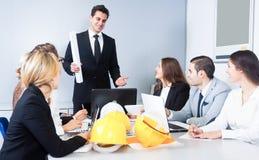 Discours en chef de bâtiment lors de la réunion image stock