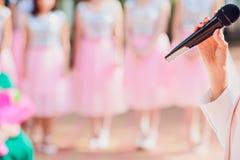 Discours principal de cérémonie sur le fond de microphone épousant des couples microphone sur le fond des demoiselles d'honneur photographie stock libre de droits
