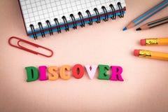 discover Hölzerne Buchstaben auf dem Schreibtisch stockfotos