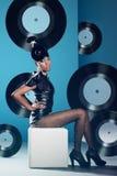 Discovrouw op de stoel met vinylverslag Stock Fotografie