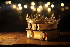 discret de la belles reine/couronne de roi sur de vieux livres Vintage filtré période médiévale d'imagination photos libres de droits