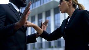 Discriminación racial en el lugar de trabajo, mujer que regaña al empleado afroamericano imágenes de archivo libres de regalías