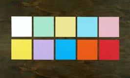 Discrimination raciale plate de configuration de papier sur le fond en bois Conception plate et vue supérieure de concept d'inter Image libre de droits