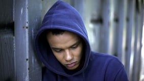 Discriminazione razziale, sofferenza razza mista del tipo dall'oppressione, gioventù crudele immagine stock