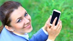Discurso al aire libre de la empresaria joven en el teléfono móvil Imagenes de archivo