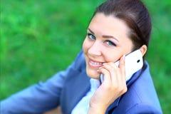 Discurso al aire libre de la empresaria joven en el teléfono móvil Imágenes de archivo libres de regalías