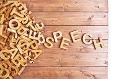 Discurso da palavra feito com letras de madeira Fotografia de Stock Royalty Free