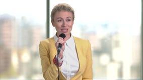 Discurso de la mujer de negocios interior almacen de metraje de vídeo