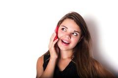 Discurso femenino caucásico joven en el teléfono Imagen de archivo