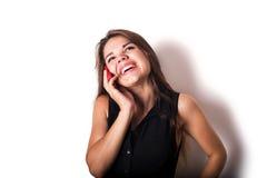 Discurso femenino caucásico joven en el teléfono Foto de archivo