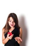 Discurso femenino caucásico joven en el teléfono Imagen de archivo libre de regalías