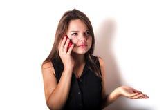 Discurso femenino enojado joven en el teléfono Foto de archivo