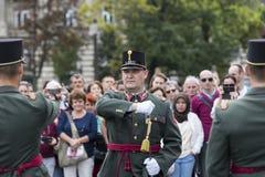 Discurso festivo de los soldados del ejército húngaro cerca de la entrada al parlamento en honor del día de santo Istvan Imagen de archivo