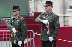 Discurso festivo de los soldados del ejército húngaro cerca de la entrada al parlamento en honor del día de santo Istvan Imágenes de archivo libres de regalías