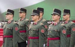 Discurso festivo de los soldados del ejército húngaro cerca de la entrada al parlamento en honor del día de santo Istvan Foto de archivo libre de regalías