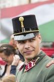 Discurso festivo de los soldados del ejército húngaro cerca de la entrada al parlamento en honor del día de santo Istvan Imagen de archivo libre de regalías