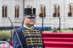 Discurso festivo de los soldados del ejército húngaro cerca de la entrada al parlamento en honor del día de santo Istvan Imagenes de archivo