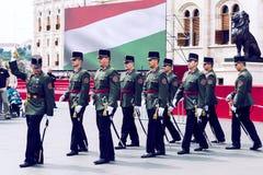 Discurso festivo por soldados do exército húngaro perto da entrada ao parlamento em honra do dia de Saint Istvan Fotografia de Stock