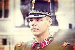 Discurso festivo por soldados do exército húngaro perto da entrada ao parlamento em honra do dia de Saint Istvan Foto de Stock