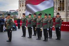Discurso festivo por soldados do exército húngaro perto da entrada ao parlamento em honra do dia de Saint Istvan Imagens de Stock