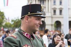 Discurso festivo por soldados do exército húngaro perto da entrada ao parlamento em honra do dia de Saint Istvan Fotografia de Stock Royalty Free