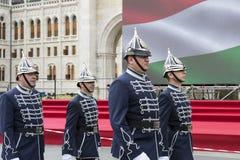 Discurso festivo por soldados do exército húngaro perto da entrada ao parlamento em honra do dia de Saint Istvan Foto de Stock Royalty Free