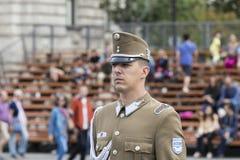 Discurso festivo por soldados do exército húngaro perto da entrada ao parlamento em honra do dia de Saint Istvan Imagem de Stock