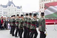 Discurso festivo por soldados do exército húngaro perto da entrada ao parlamento em honra do dia de Saint Istvan Fotos de Stock