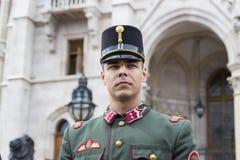 Discurso festivo por soldados do exército húngaro perto da entrada ao parlamento em honra do dia de Saint Istvan Imagem de Stock Royalty Free