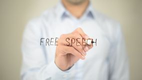Discurso libre, escritura del hombre en la pantalla transparente Imagenes de archivo