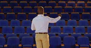 Discurso praticando do homem de negócios afro-americano no auditório vazio 4k video estoque