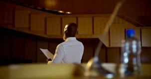 Discurso praticando do homem de negócios afro-americano superior no auditório vazio 4k video estoque