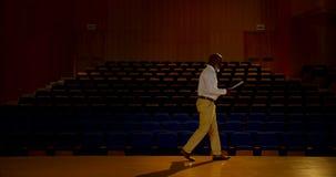 Discurso praticando do homem de neg?cios afro-americano superior no audit?rio vazio 4k video estoque