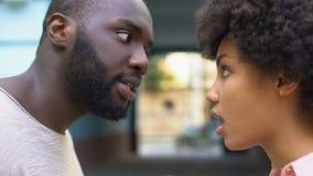 Discusión afroamericana joven de los pares al aire libre, entendiendo mal, cónyuge celoso metrajes