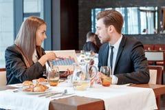 Discusión de dinámica de las ventas en el almuerzo de negocios Foto de archivo