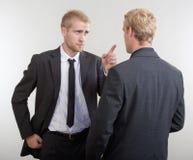 Discusión de dos hombres de negocios Imágenes de archivo libres de regalías
