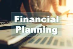 Discusión de dos personas con el pla financiero del asesoramiento de la tabla y de experto fotografía de archivo