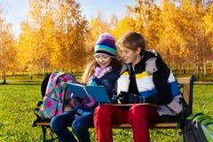 Discusión de la escuela en el parque Imagenes de archivo