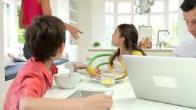 Discusión de la familia sobre los dispositivos de Digitaces en la mesa de desayuno almacen de video