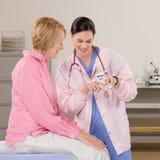 Discusión de la medicación de la prescripción con la mujer Imágenes de archivo libres de regalías