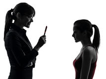Discusión de la muchacha del adolescente de la madre de la mujer del profesor en silueta Imagen de archivo