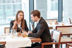 Discusión de las ideas del negocio durante el almuerzo Imagenes de archivo
