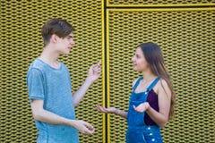 Discusión de los adolescentes que gesticulan con la pregunta Foto de archivo libre de regalías