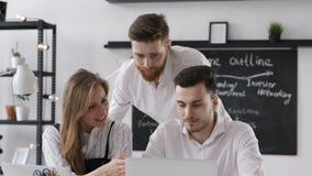 Discusión de los hombres de negocios del grupo o Team Work Plan en oficina moderna creativa metrajes