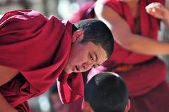 Discusión de monjes de las escrituras en Tíbet Fotografía de archivo